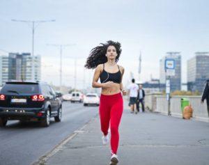 Frau beim laufen in einer Laufhose