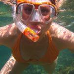 Mädchen mit Schnorchelset unter Wasser