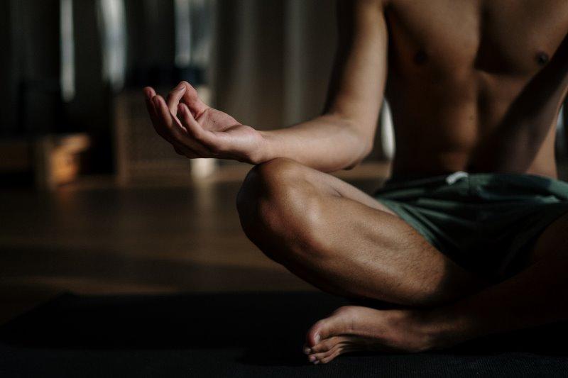 Mann praktiziert Yoga mit Mudras