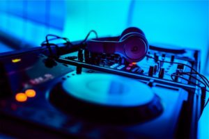 Mischpult mit Kopfhörern für eine DJ-Session