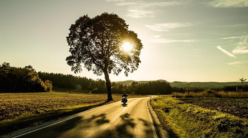 Motorradstrecke im Sonnenuntergang