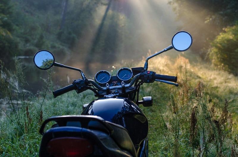 Motorradstellplatz im Wald