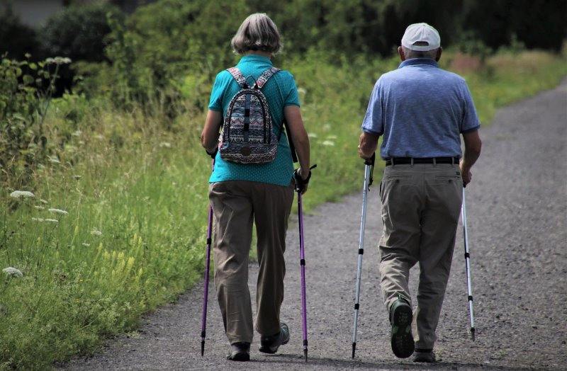 Senioren mit Nordic Walking Stöcken