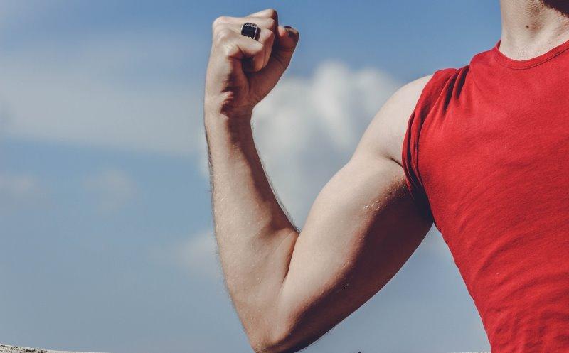 Oberarmmuskeln durch Training am Türreck