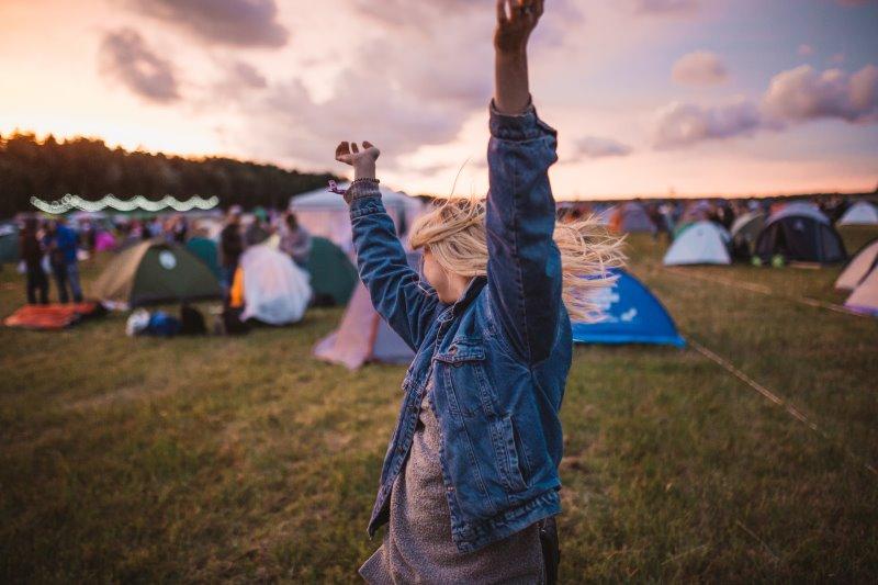 Frau auf einem Festival.