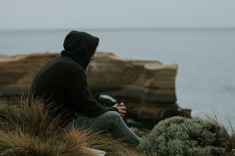Manche Menschen versuchen, wenn sie unter Stress stehen, Stress mit Alkohol oder Zigaretten zu bewältigen.