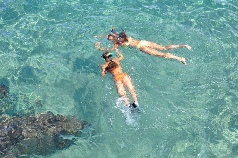 Mädchen mit Schnorchelset im Urlaub