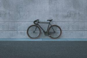 Singlespeed-Bike steht an einer grauen Wand