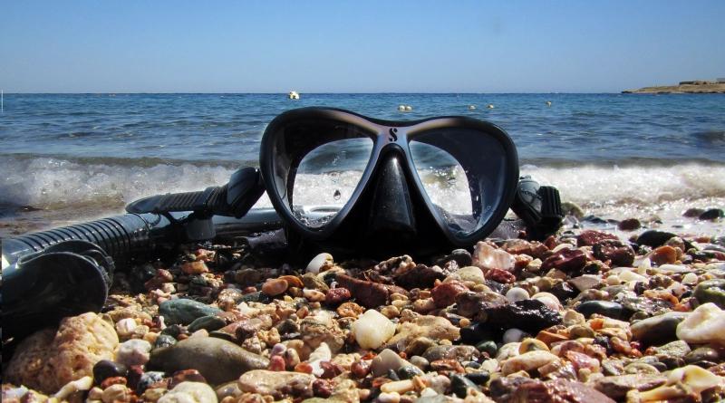 Taucherbrille und Schnorchel am Strand