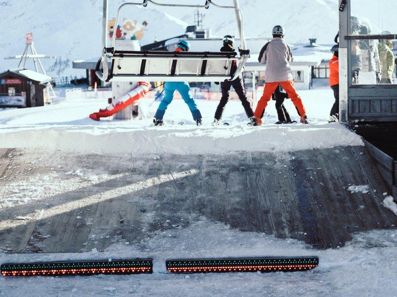 Sicherheit im Wintersport, auch beim Ausstieg vom Skilift.