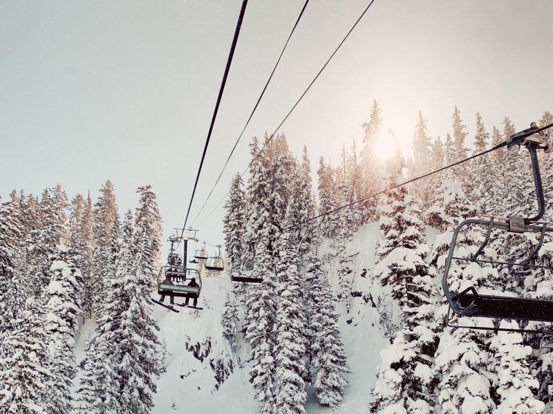 Im Skilift fahren für mehr Sicherheit im Wintersport.