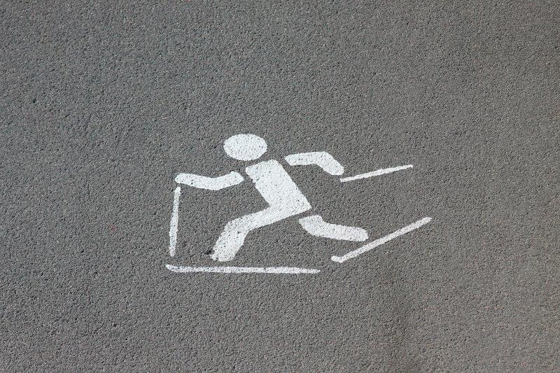 Skiroller-Zeichen auf einer Straße
