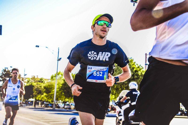 Sportsonnenbrille an Läufer