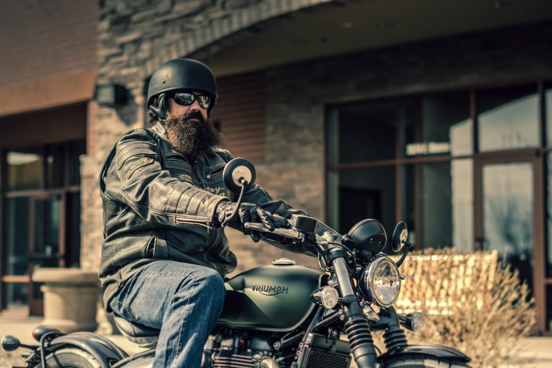 Motorradfahrer mit Sonnenbrille