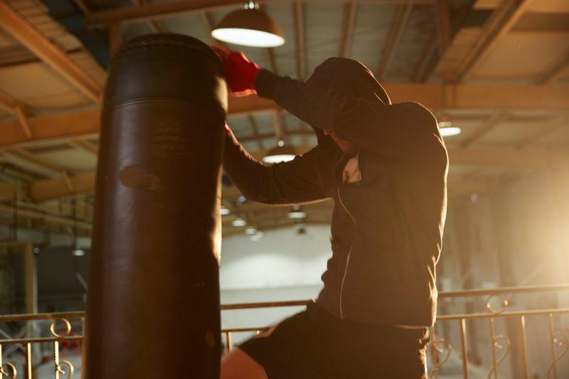Standboxsack im Test während Mann beim Boxtraining einen Kniestoß ausführt