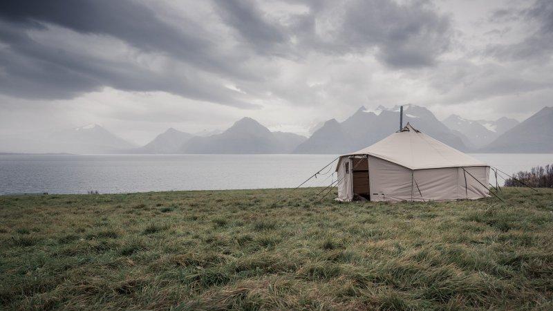 Camping in einem Steilwandzelt
