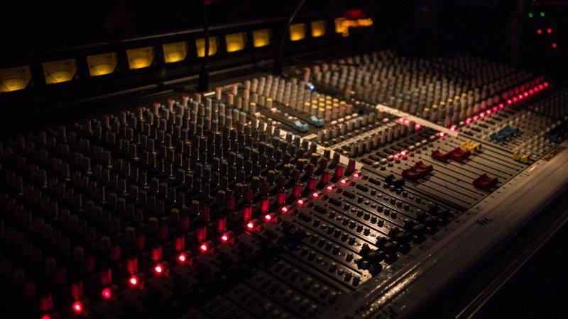 Studio Mischpult in großer Ausführungen, mit verschiedensten Anzeigen und Funktionen