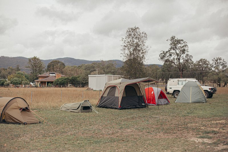 verschiedene Zelte auf einem Campingplatz