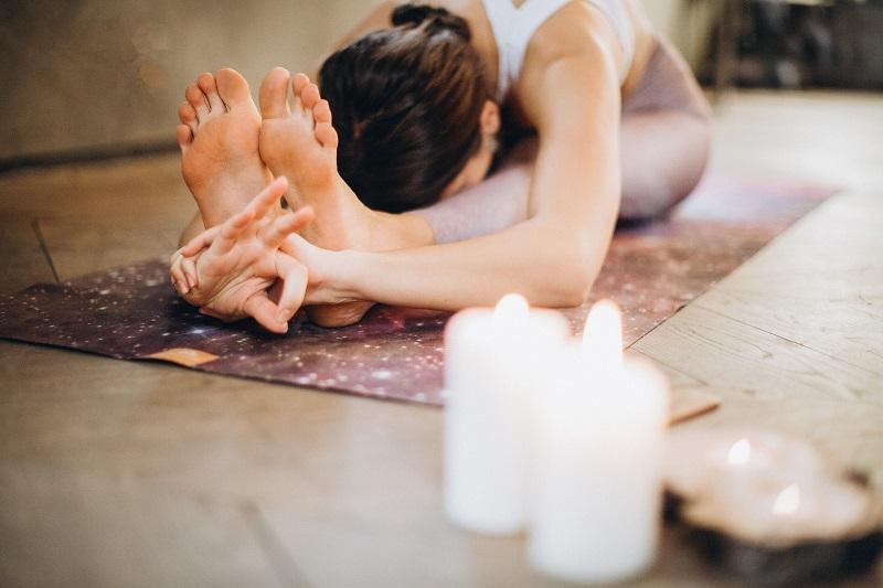 in entspannter Atmosphäre wird Yoga praktikziert
