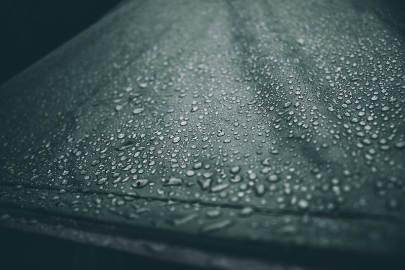 Zelt mit Regentropfen