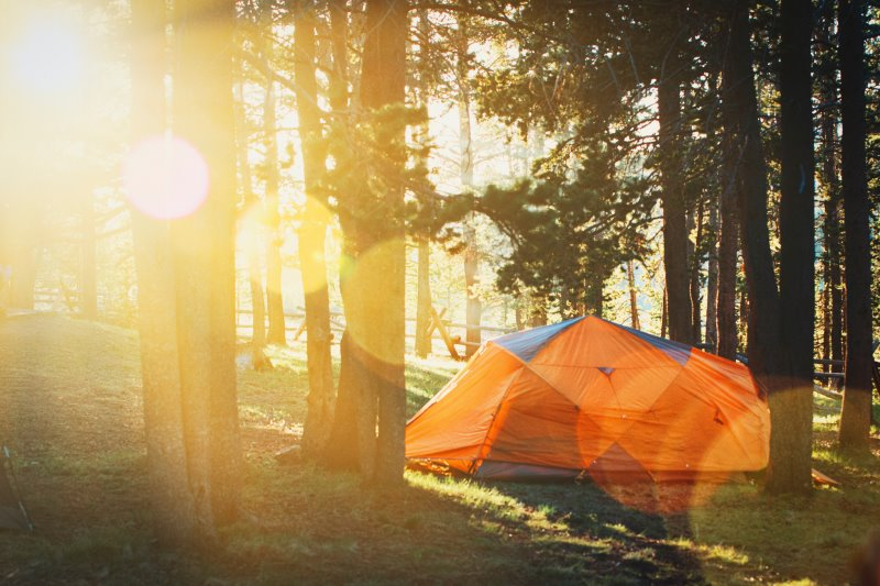 Zelt mit Wassersäule in der Natur