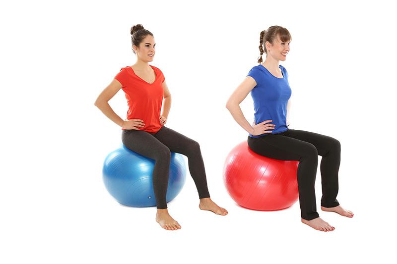 Zwei Frauen sitzen auf Gymnastikbällen
