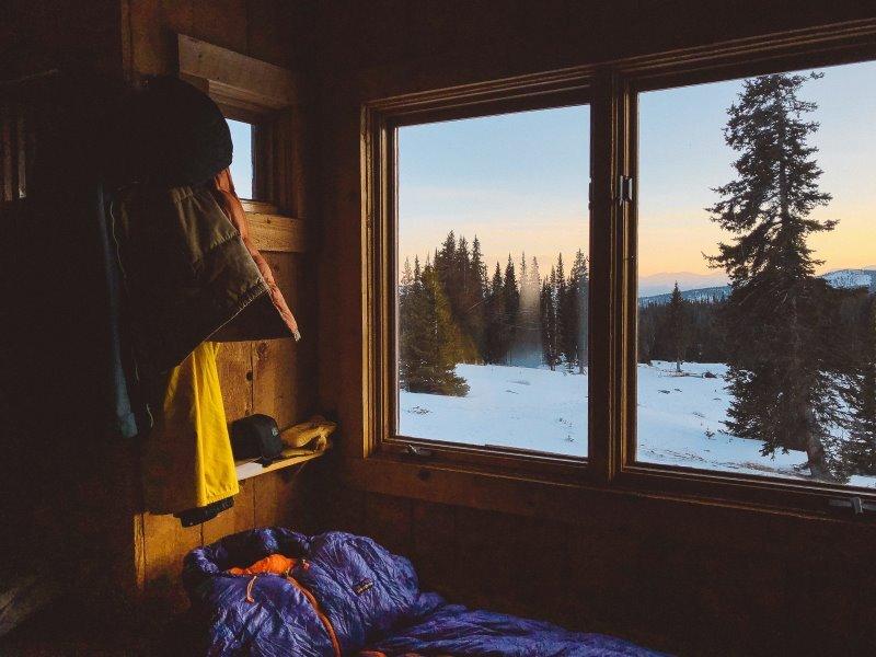 Schlafsack wird in einer Hütte benutzt