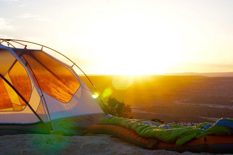 3-Jahreszeiten Schlafsack im Sonnenaufgang
