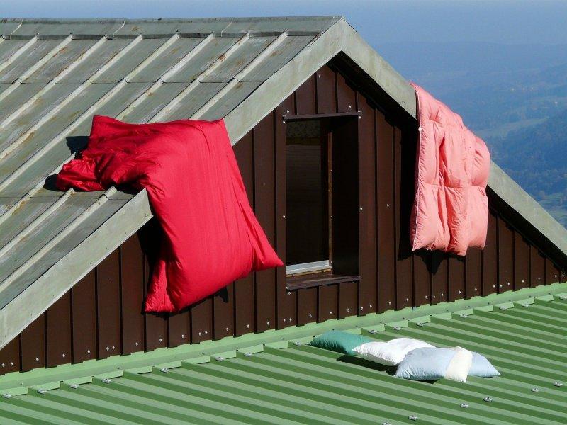 Bettwäsche und Kissen auf einer Berghütte