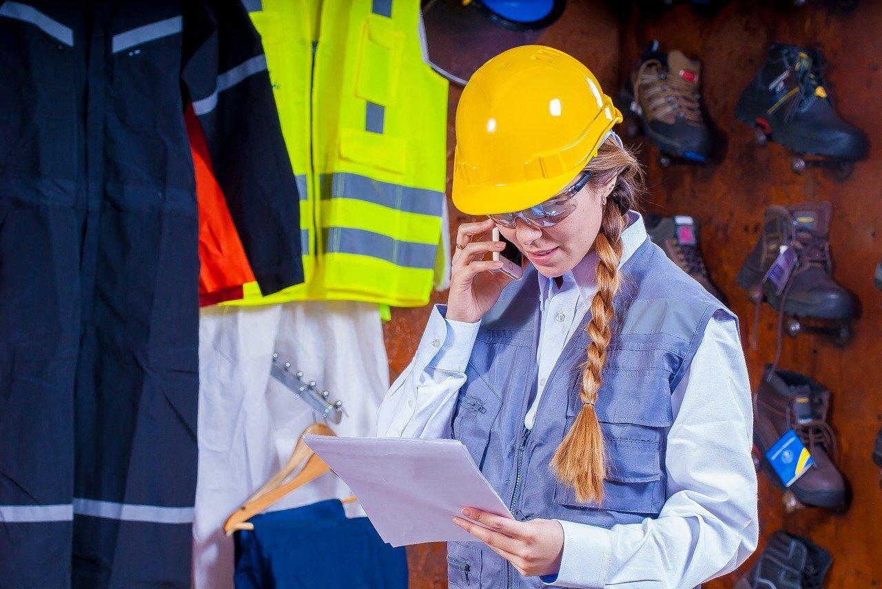 Architektin auf dem Bau trägt eine Heizweste