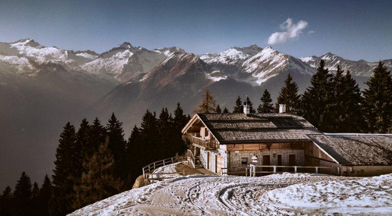 Berghütte in verschneiter Schneelandschaft