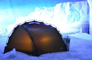 Zelt im Schnee mit dem Winterschlafsack