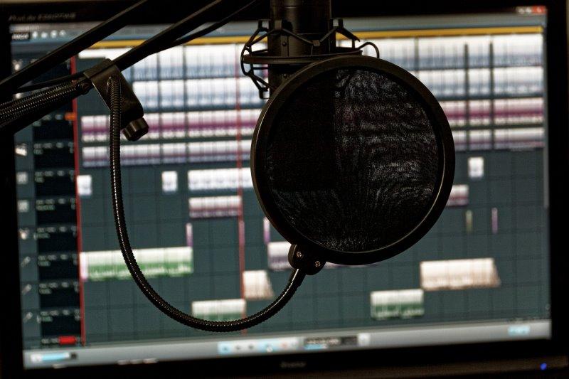 Mikrofon in einem Setup mit einem DAW im Hintergrund