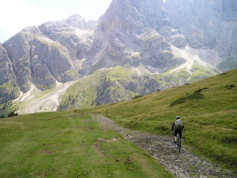 Mountainbiker im felsigen Gelände