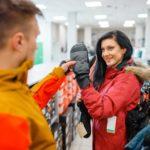 Ein Pärchen kauft Snowboardhandschuhe