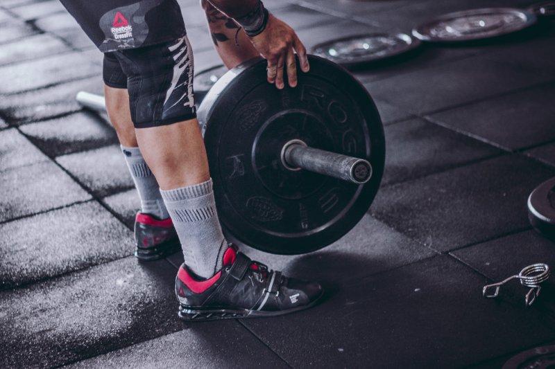 Powerlifting Schuhe beim Gewicht auflegen