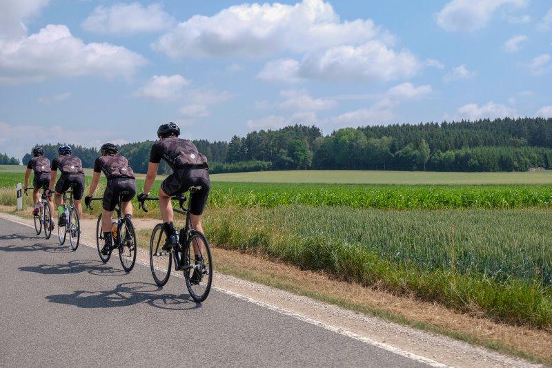 Rennradfahrer in einer Reihe