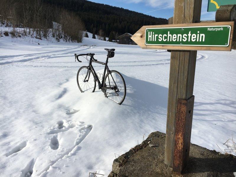 Rennradlenker im Schnee.