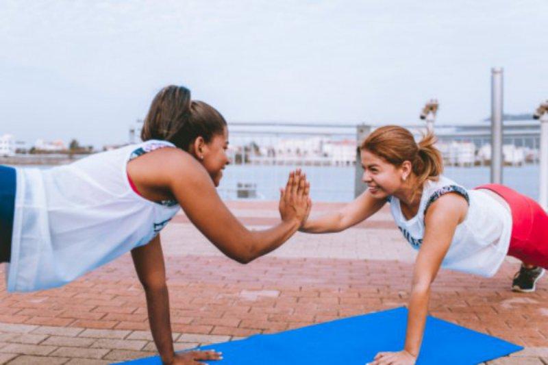 Zwei Frauen beim Training mit Postern