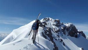 Tourenski heißt mit den Ski auf den Berg