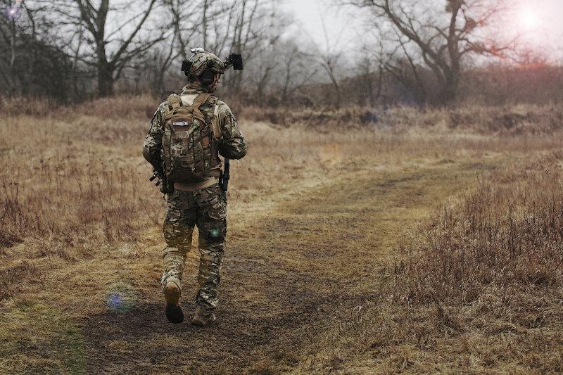 Soldat marschiert mit seinem Armee Rucksack