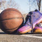 Basketballschuhe neben einem Basketball