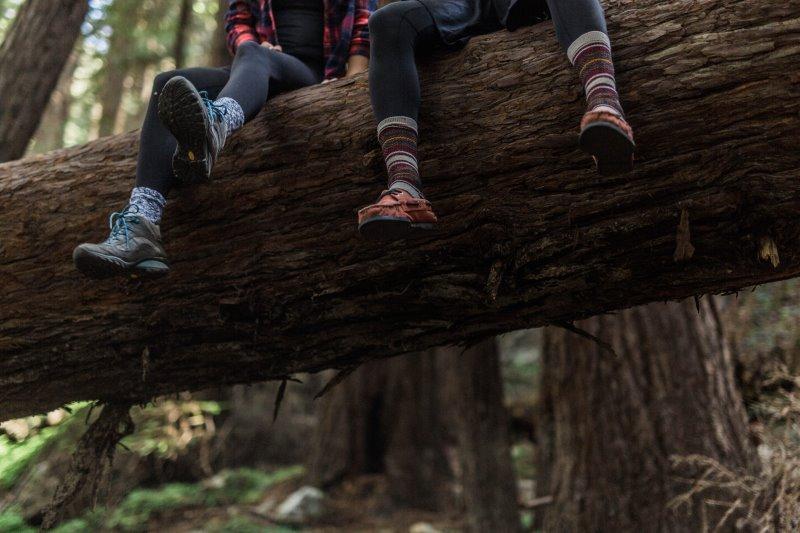 Baumelnde Füße mit Wandersocken