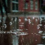 Bei Regen einen Regenponcho verwenden