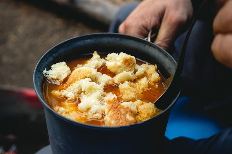 Camping: Essen aus einer Tasse