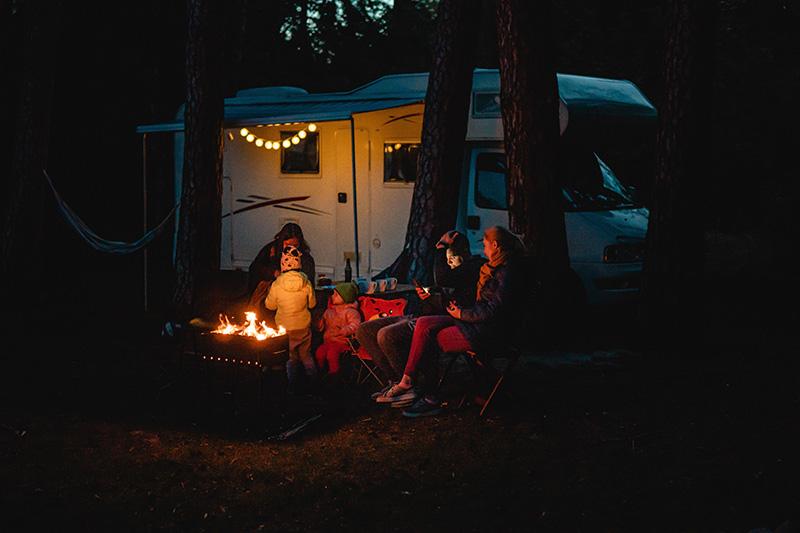 Camping mit der Familie und einem Wohnmobil