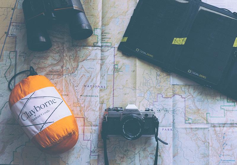 Equipment für einen Wanderurlaub auf einer Landkarte
