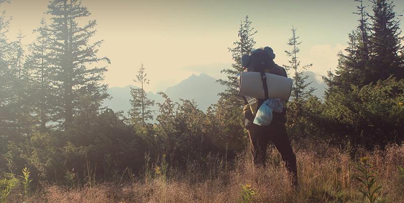 Person mit Gepäck beim Wandern