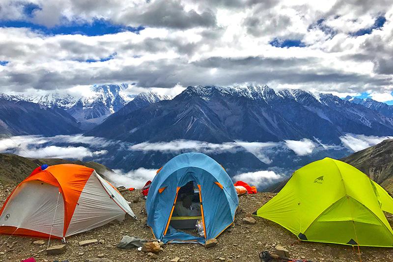 Zeltlandschaft vor einem Gebirge