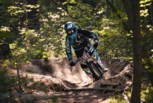 Downhill Biker fährt durch eine Kurve